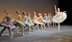 琉球國祭り沖永良部支部の20周年記念公演(上)と華麗なダンスで会場を魅了したワクイバレエ団=19日、知名町