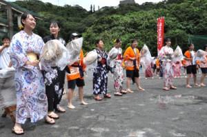 浴衣姿で八月踊りを披露する生徒ら=9日、奄美市名瀬