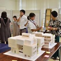 来場者へ複合施設の概要を説明し、市民の要望を聞いたワークショップ=4日、奄美市名瀬