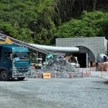 掘削工事が順調に進んでいる宮古崎トンネルの国直側坑口=21日、大和村