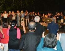 観光客も参加して盛り上がった八月踊り=11日、奄美市笠利町佐仁
