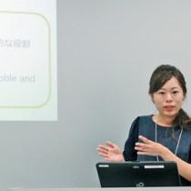 沖永良部島での言語復興の取り組みを報告した横山さん=1日、法政大学