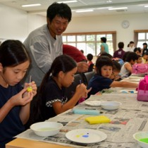 本物そっくりのルリカケスの卵に色を塗る児童ら=15日、龍郷町