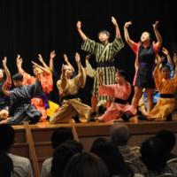 楽しいミュージカルで会場を魅了した、えらぶ百合物語のメンバー=22日、知名町のフローラル館