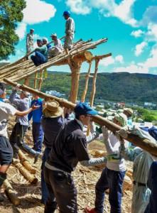 ショチョガマを組み立てる秋名・幾里の住民と他地区のボランティアたち=2日、龍郷町秋名