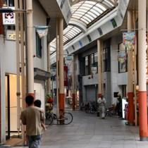 閑散とした奄美市名瀬の中心商店街=29日、午後1時15分ごろ