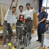 県高校ロボット競技大会で準優勝した(左から)平さん、瀧田さん、中村さん、小薗教諭=3日、奄美市名瀬の奄美高校