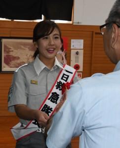 一日救急隊長に任命された田原さん=7日、奄美市名瀬の大島地区消防組合消防本部