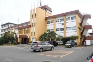 建て替えが計画されている徳之島町庁舎=26日、同町亀津
