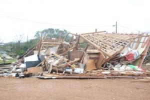 強風で倒壊した住家=30日午前8時半ごろ、与論町立長