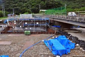 柳橋の架け替え工事が進む住用川の流域防災工事現場=22日、奄美市住用町