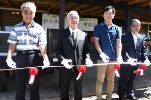 テープカットで開所を祝う近藤社長(右から2番目)=1日、同町伊仙