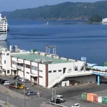 県が移転新築を検討している名瀬港の旅客ターミナルビル=21日、奄美市名瀬
