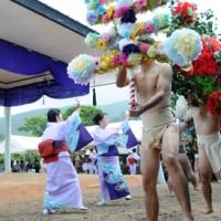 2地区で華やかさを競った西阿室集落伝統の踊り「テンテン」=23日、瀬戸内町