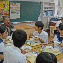 伊集院村長と県産黒毛和牛を使った給食を味わう生徒=4日、大和村の大和中学校