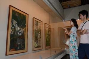 一村の作品を鑑賞する来場者=29日、奄美市笠利町の県奄美パーク・田中一村記念美術館
