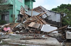 突風にあおられて全壊した倉庫=30日午前8時すぎ、和泊町和泊