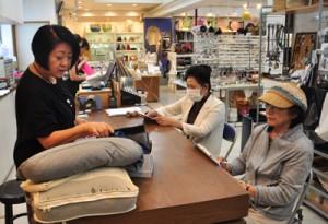 商店街への誘客促進も目的とした「まちゼミ」の「楽しく行ける海外旅行の準備とコツ」講座=1日、奄美市名瀬
