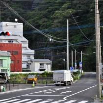 来年度に事業を再開する方針が示されたおがみ山バイパスの整備予定地=21日、奄美市名瀬
