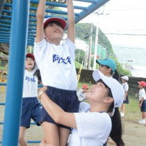 児童と交流する鹿大教育学部の学生=6日、瀬戸内町の阿木名小中