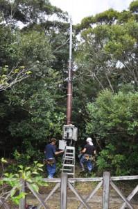 龍郷町に設置された船舶自動識別装置=14日、同町の奄美自然観察の森
