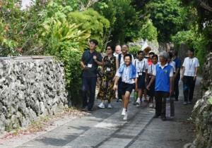 中央日報の金記者と台湾新聞の黄記者(左から)を招いてあった「喜界島FAMトリップ」=23日、喜界町の阿伝集落
