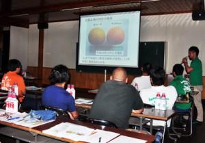「平井Red」の特性などが説明されたJAあまみ大島事業本部果樹部会の全体総会=28日、奄美市名瀬