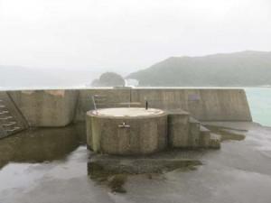 消失した名瀬港西防波堤灯台の台座(奄美海上保安部提供)