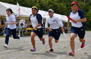 学校教職員も加えた4チームで熱戦を繰り広げた学年別対抗リレー=8日、奄美市笠利町の大島北高校