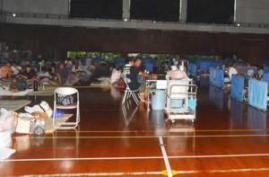 住民や観光客など約300人が避難している町砂美地来館。断続的な停電の中、台風が過ぎるの待っていた=29日、与論町