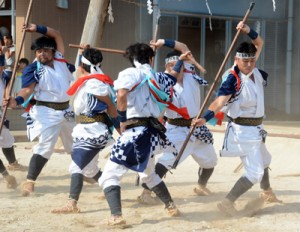 勇壮な棒踊りを披露する男衆=23日、大和村の大和浜公民館