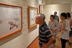 一村の展示作品を見学する参加者=2日、奄美市笠利町の田中一村記念美術館