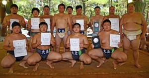 相撲団体で総合20連覇を果たした大島の選手=16日、日置市吹上浜公園相撲場