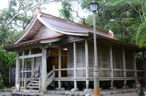 屋根などの改修が完了した有盛神社=28日、奄美市名瀬浦上町