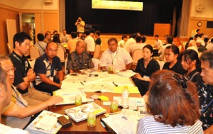 島内外の老若男女がテーブルを囲み、豊かな島づくりに向け、それぞれのテーマで討議した分科会=1日、知名町のフローラル館