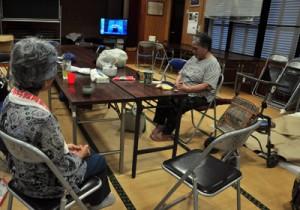 公民館に避難し、一刻も早い台風の通過を祈る住民=29日午後3時50分ごろ、大和村湯湾釜