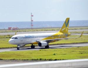 12日ぶりに関西空港からの乗客を乗せ到着したバニラ・エアの関西―奄美便=16日、奄美空港