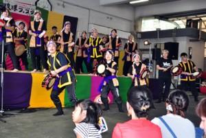 エイサーやバンド演奏など、多彩なステージで盛り上がった「琉球フェスタ」=16日、奄美市名瀬