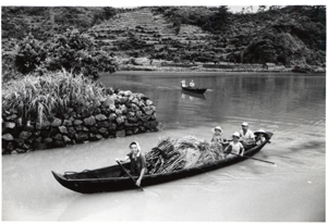 昭和30年代、芳賀日出男さんが撮影した板付け舟による荷物の運搬=宇検村