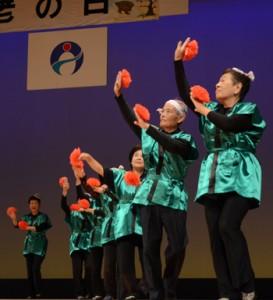 踊りで舞台に花を添えた有屋さんさんクラブ=17日、奄美市名瀬