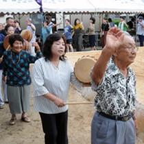 祭りを締めくくった八月踊り=8日、瀬戸内町瀬武