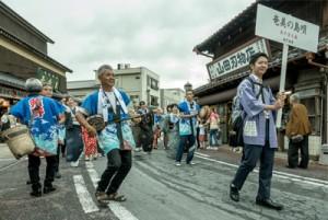 成田山参道で奄美の島唄と踊りを披露するあやまる会と須野八月踊り保存会=15日、千葉県成田市