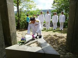 犠牲者の冥福を祈って献花する参列者=16日、奄美市名瀬のらんかん山(提供写真)