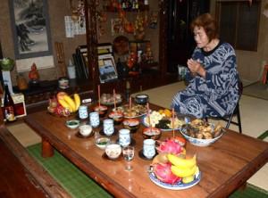 赤飯などの料理を供えてコウソガナシを祭る「ツカリ」=10日、龍郷町秋名