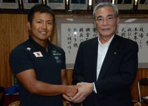 世界大会へ出場する白畑さん(写真左)と朝山市長=3日、奄美市役所