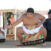 十五夜豊年相撲で雲竜型の土俵入りを披露する西加さん=2日、奄美市名瀬知名瀬