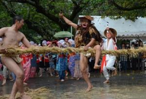 シシが鎌で綱を3回切る「綱切り」で幕を明けた油井の豊年踊り=24日、瀬戸内町油井