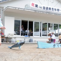 嘉鉄集落豊年祭で今年も披露された伝統芸能「ソーラ釣り」=22日、瀬戸内町