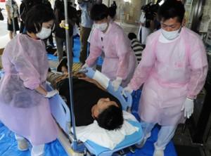 大規模災害の発生を想定して行われた訓練=20日、奄美市名瀬の県立大島病院