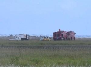 エンジントラブルで滑走路上に停車した化学消防車=16日午前9時20分ごろ、天城町の徳之島空港